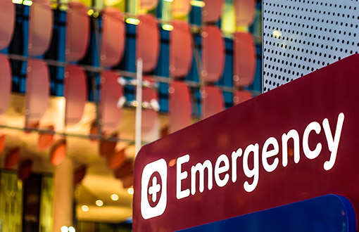 an emergency room sign outside a hospital